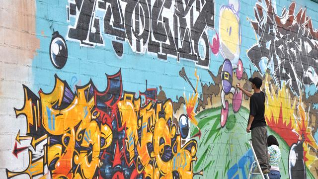 Aper, toune, Azek sur un mur graffiti à Toulouse
