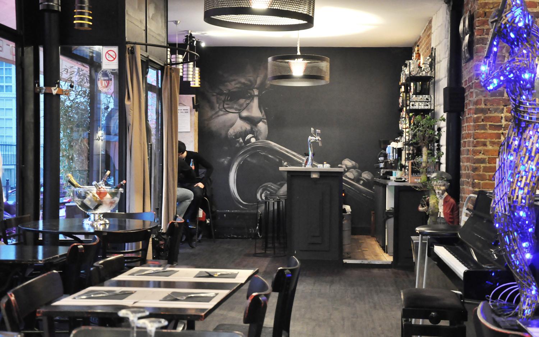 """Décoration au pinceau au """"Ben's Café"""", rue de Charonne à Paris"""